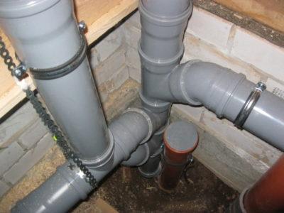 как крепить канализационные трубы